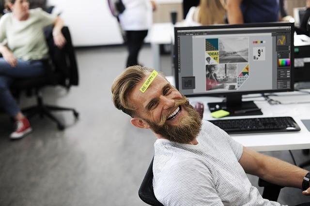 עובד במשרד